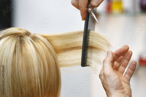 Leinwandbild Motiv Woman Haircut the hair in salon