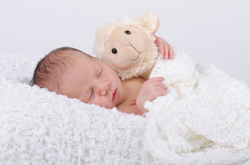 Newborn mit Schaf