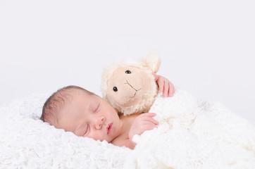 Newborn mit Schäfchen