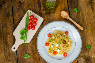 Spaghetti with cherry tomatoes and mozzarella
