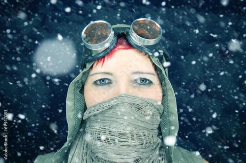canvas print picture Frau im Schneesturm