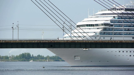 HD - Cruise ship near the bridge