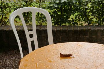 Straßenkaffee bei Regenwetter