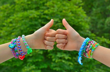 Loops, Armbänder am Handgelenk