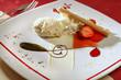 canvas print picture - Vanilleeis, angerichtet mit Erdbeeren