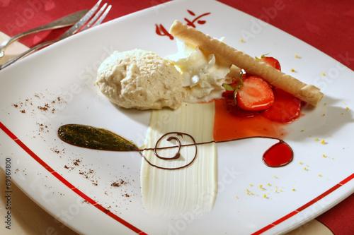 canvas print picture Vanilleeis, angerichtet mit Erdbeeren