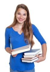 Lachende Studentin mit Buch