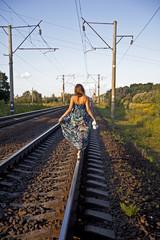 Девушка идет по рельсе