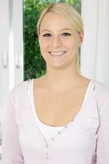 Hübsche blonde Frau im Porträt