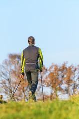 Nordic Walking in herbstlicher Natur
