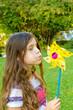 Kleines Mädchen mit buntem Windrad