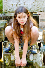 Kleines Mädchen draußen im Park