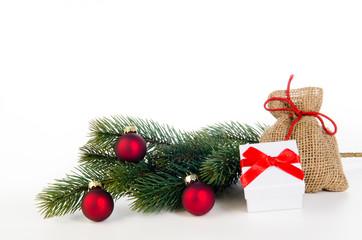 rote weihnachtskugeln mit tannenzweig