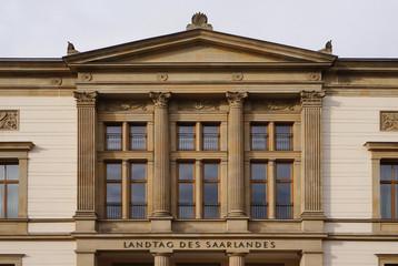 Saarländischer Landtag im Detail als unverzerrte Außenaufnahme