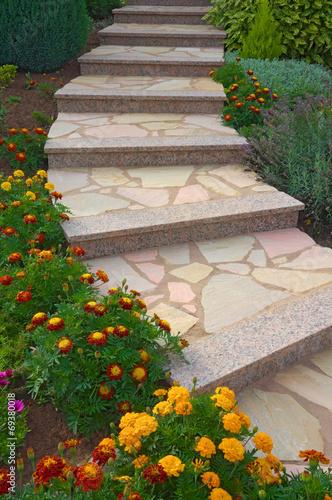Schöne Natursteintreppe im blühenden Vorgarten - 69380018