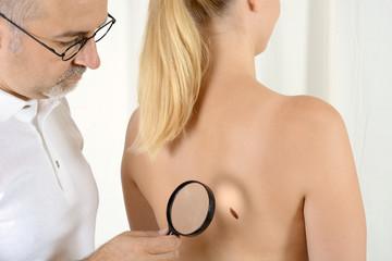 Hautarzt findet Verdacht auf Hautkrebs
