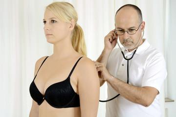 Arzt hört Patient mit Stethoskop ab