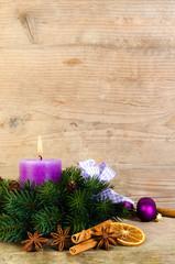 adventsgesteck lila dekoriert