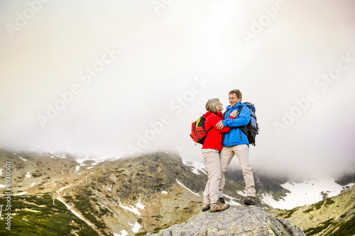 Leinwanddruck Bild Senior couple hiking