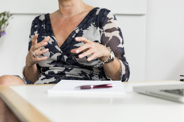 Hände (Frau) gestikulierend im Gespräch