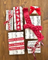 Kleine Geschenke mit roten Schleifen
