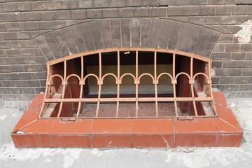 решетка на окне цокольного этажа