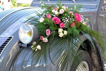 Voiture de mariés décorée