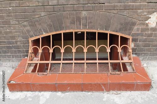 canvas print picture решетка на окне цокольного этажа
