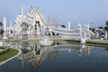 Wat Rong Khun spiegelt sich auf dem Wasser in Thailand
