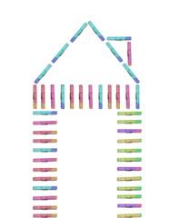 Haus aus bunten Wäscheklammern