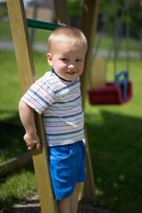 Junge an Leiter