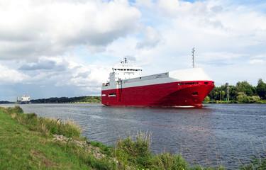 Autotransporter auf dem Nord-Ostsee-Kanal