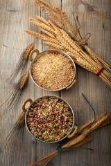 riso e cereali sfondo legno vintage