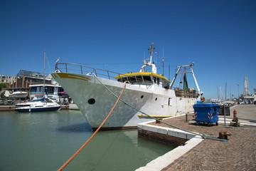 Белый корабль на причале в порту Римини, Италия
