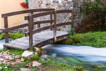 Piccolo ponte con ruscello