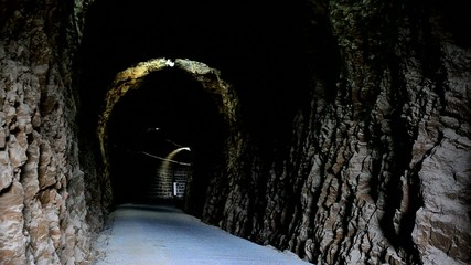 ciclista en túnel