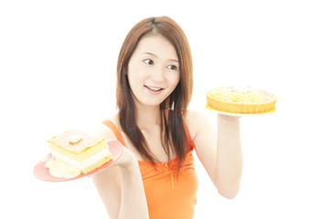 デザートを持つ笑顔の女性