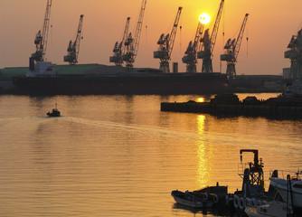 暮れ行く港の光景