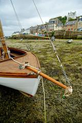 Hafen von Le Conquet, Bretagne, bei Ebbe