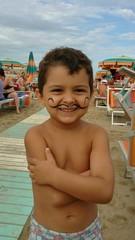Bambino con baffi