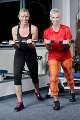 Reife Frauen im Fitness Studio beim Kurzhantel Training
