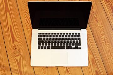 Laptop auf dem Boden