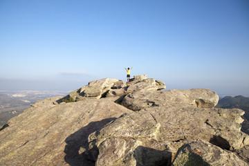Niño en la cima de una montaña