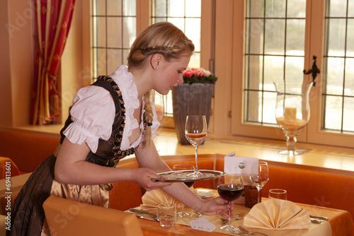 Kellnerin im Dirndl