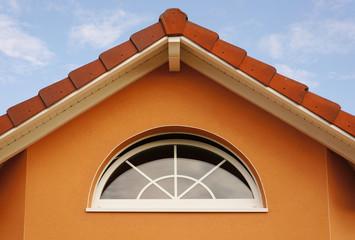 Hausgiebel mit modernem Bogenfenster