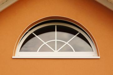 Modernes Bogenfenster eines Neubaus