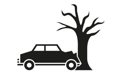 Auto rammt Baum