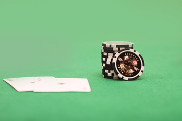 Spielkarten und Jetons auf dem Spieltisch