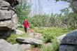 Frau wandert alleine durch die Wildnis