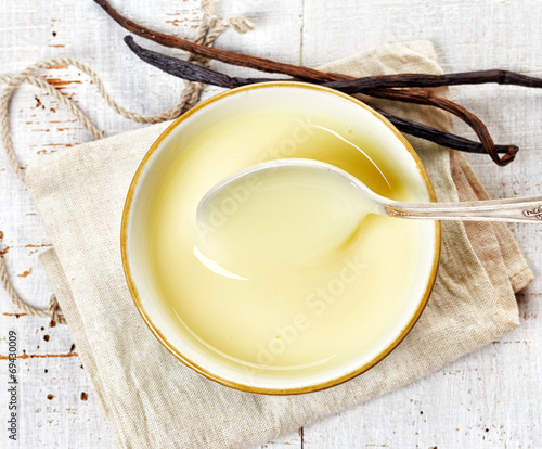 bowl of vanilla sauce - 69430009